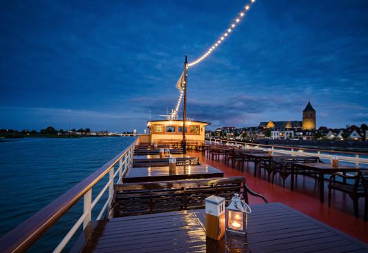 Verlicht bovendek tijdens de Sunset Cruise van de Veerman van Kampen.