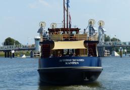 De achterkant van de Veerman van Kampen, onderweg naar de stadsbrug van Kampen.
