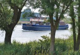De Veerman van Kampen achter de bomen tijdens de River Cruise.